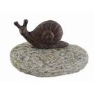 Escargot en fonte sur galet